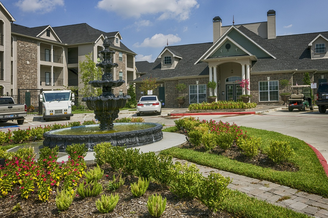 Exterior of the Aria at Rollingbrook Apartments in Baytown, TX