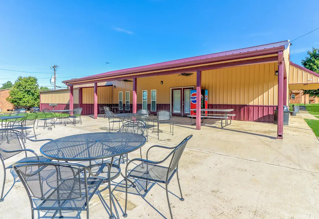 Picnic Area at Aspen Meadow Apartments in Hopkinsville,  KY