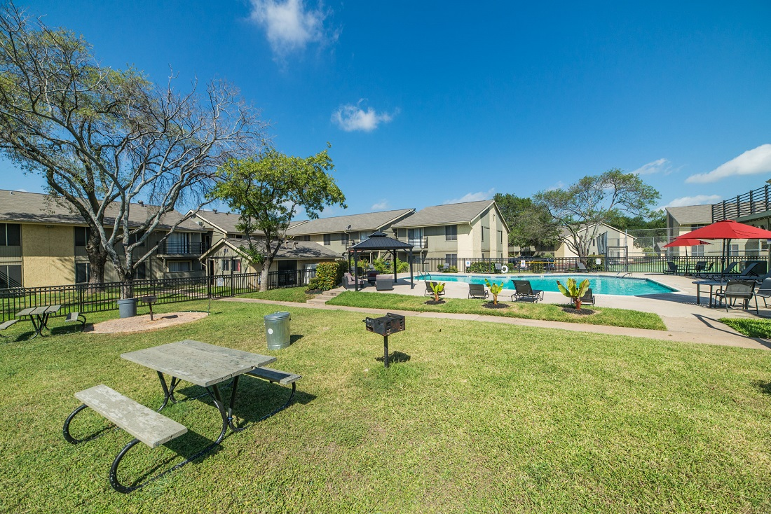 Picnic Area with Grills at Aubry Hills Apartments in Austin, TX