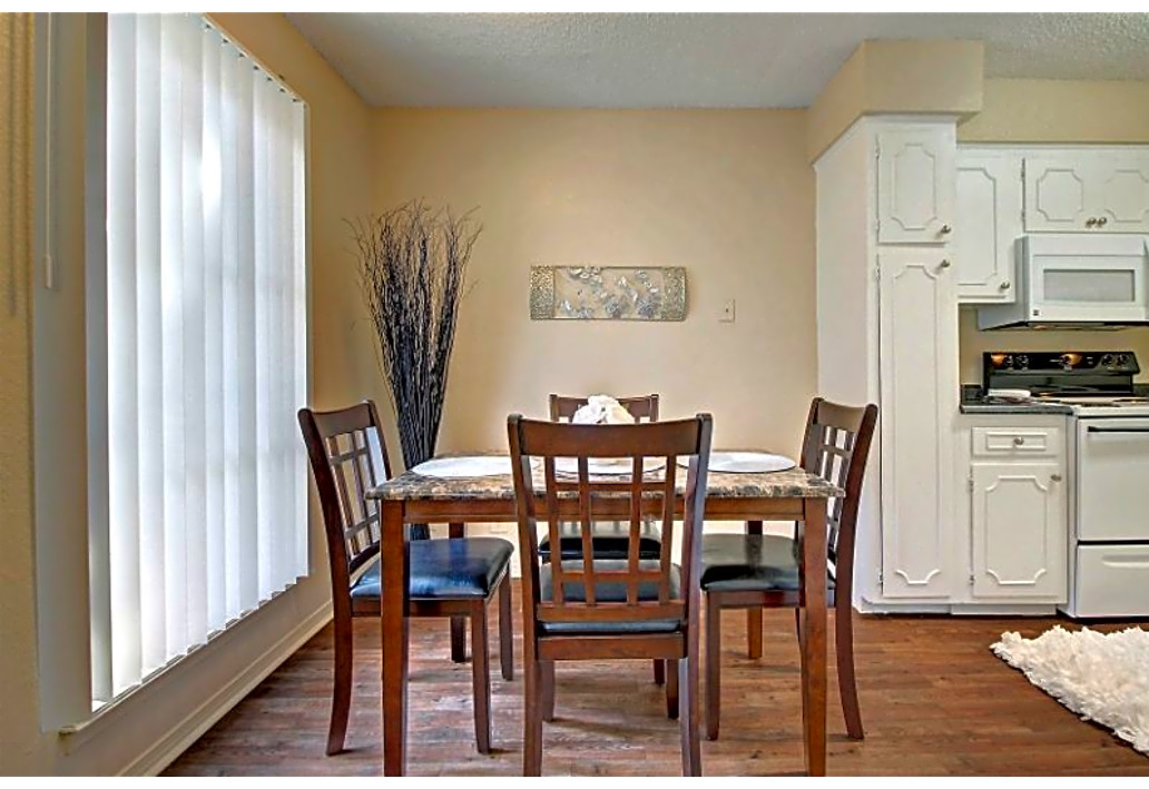 Dining Area at Autumn Woods Apartments in Tulsa, Oklahoma