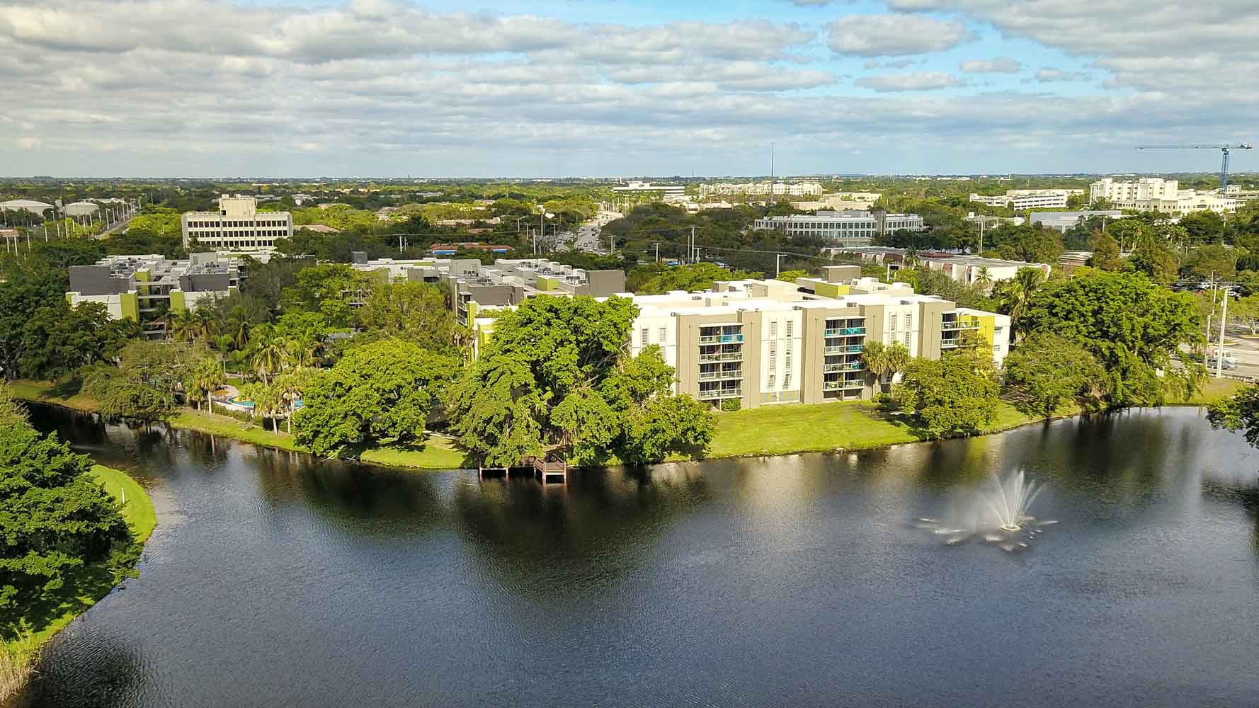 Waterfront Apartment Community at Nottingham Pine Apartments in Plantation, FL