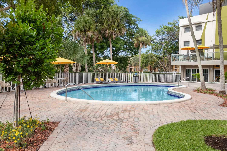 Resort-Style Amenities at Nottingham Pine Apartments in Plantation, FL