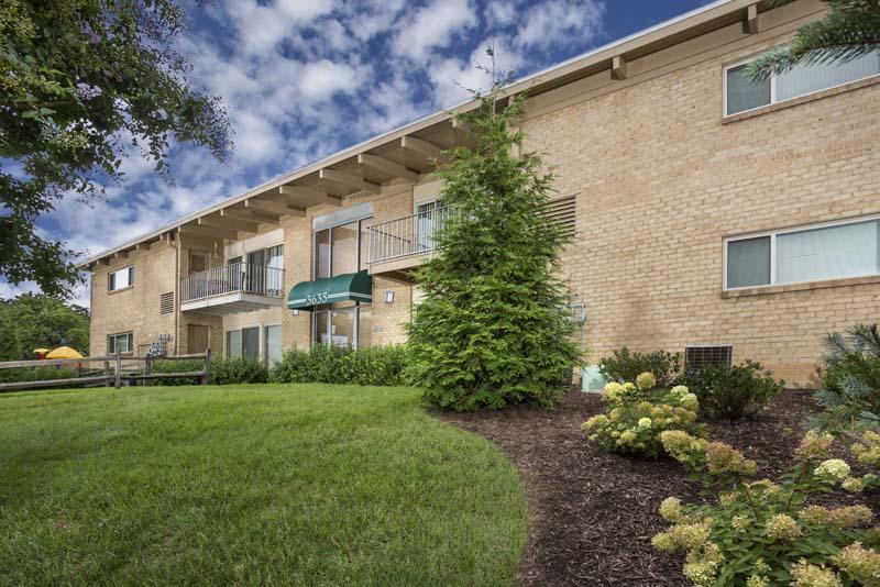 Studio, 1, 2, and 3-bedroom apartments at Barcroft Plaza Apartments in Falls Church, VA