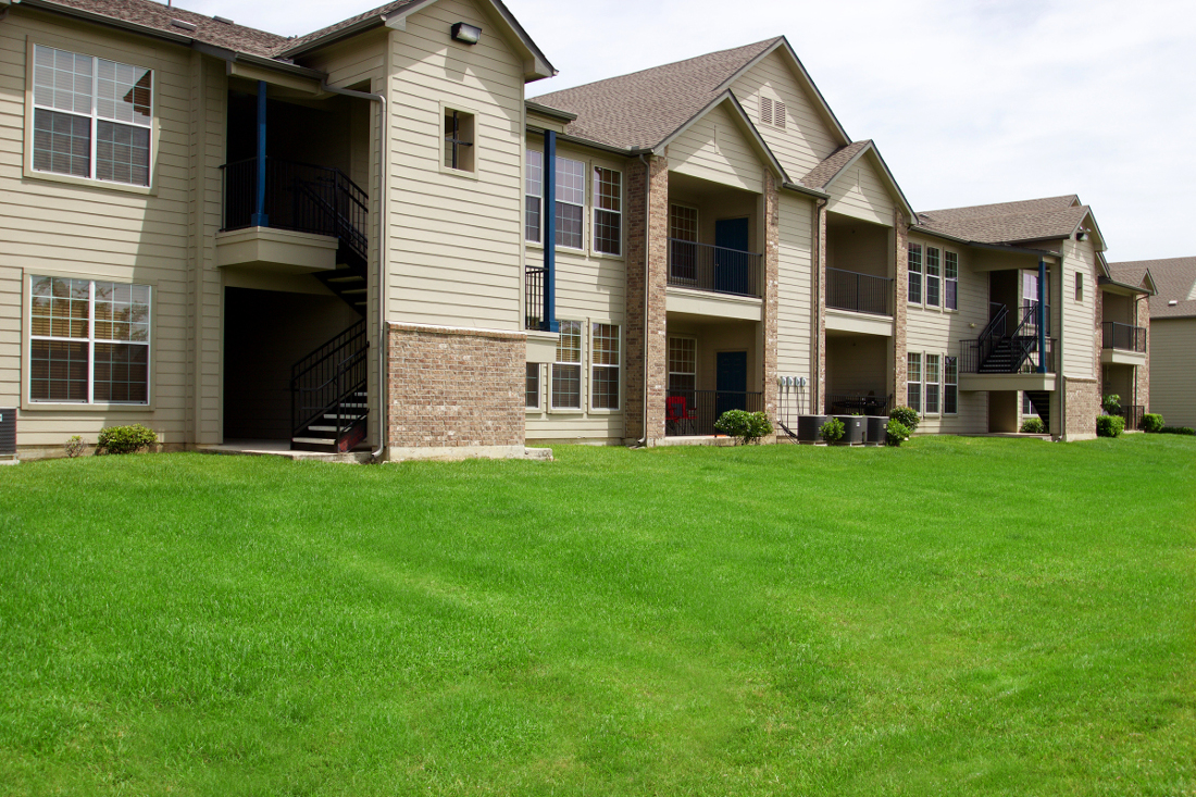 Landscaped Grounds of Beaumont Trace Apartments in Beaumont, TX