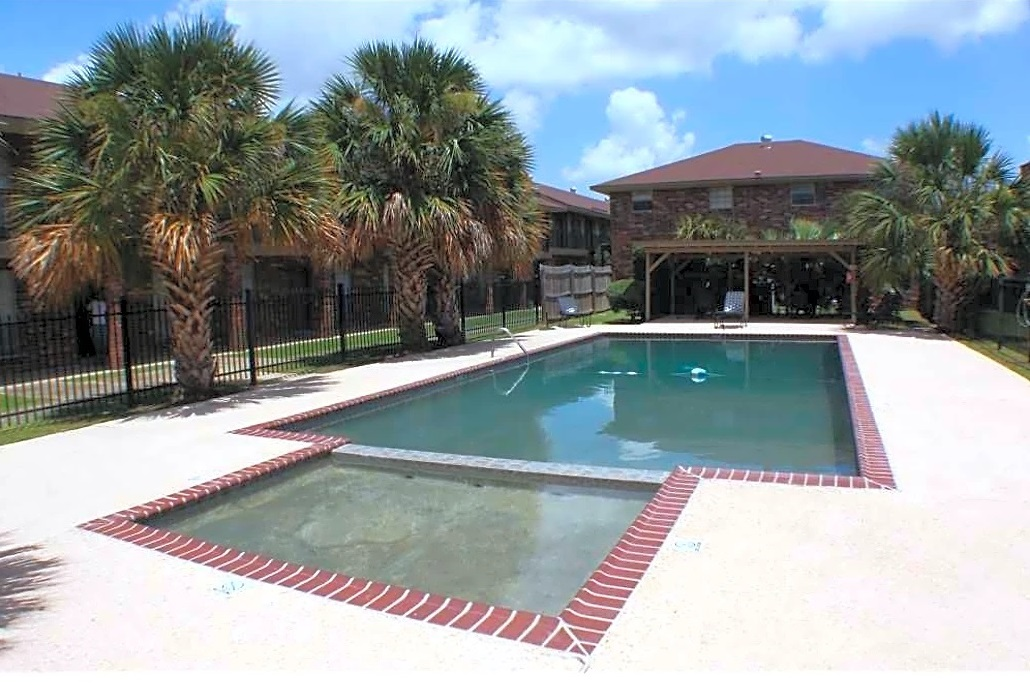 Sparkling Swimming Pool at Broadmoor Plantation Apartments in Baton Rouge, Louisiana