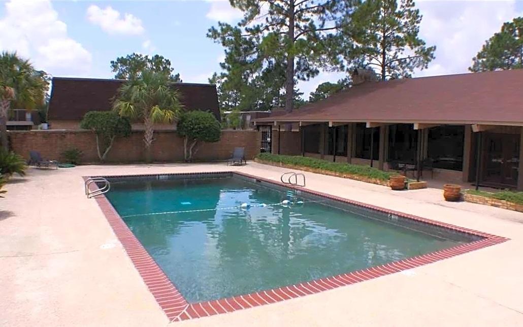 Resort-Style Pool at Broadmoor Plantation Apartments in Baton Rouge, Louisiana
