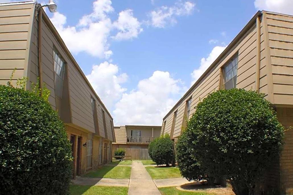 Lush Landscaping at Broadmoor Plantation Apartments in Baton Rouge, Louisiana