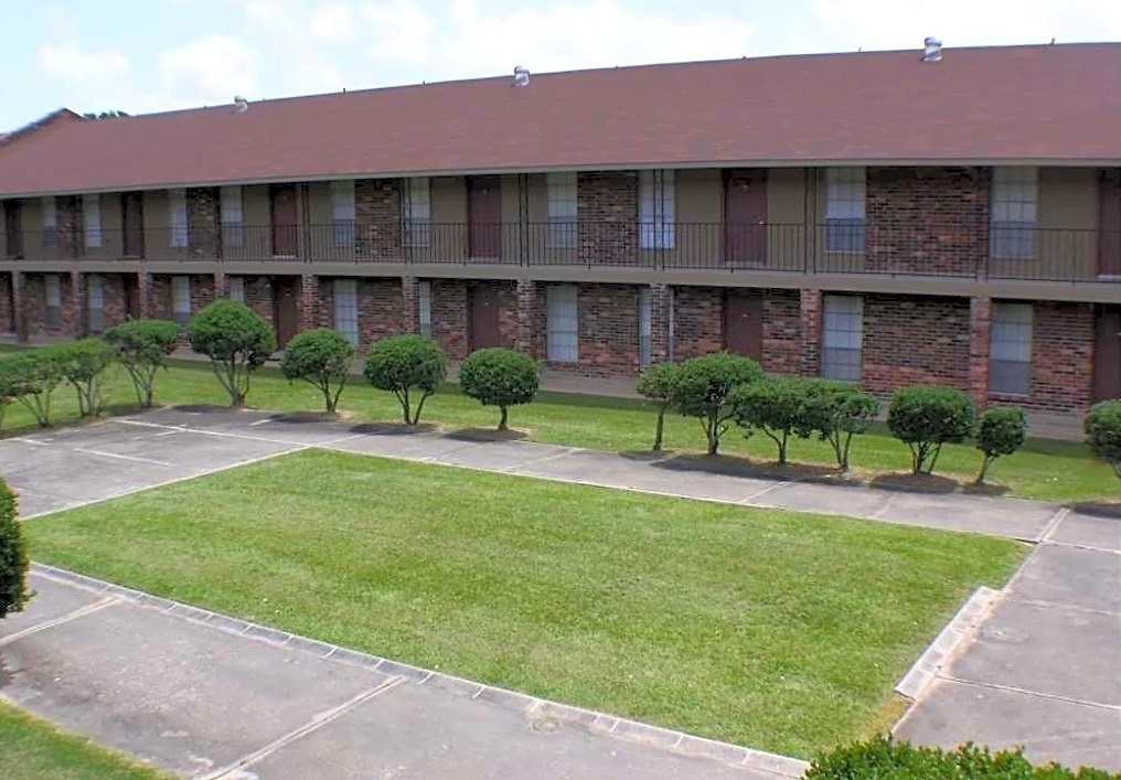 18 Acres of Landscaping at Broadmoor Plantation Apartments in Baton Rouge, Louisiana