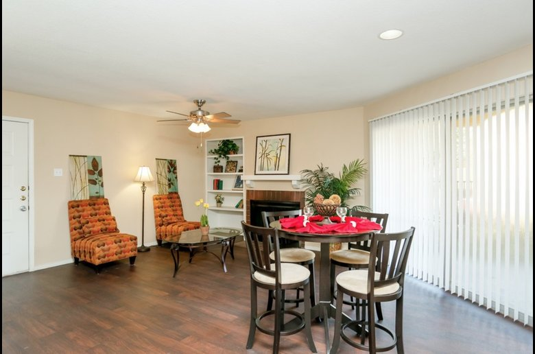 Expansive Dining Area at Copper Cove Apartments in Houston, Texas