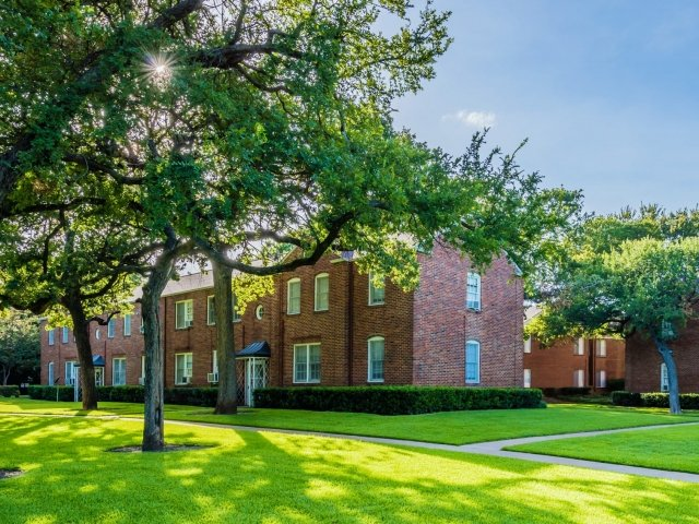 One Bedroom Apartments at Crestwood Place Apartments in Fort Worth, TX