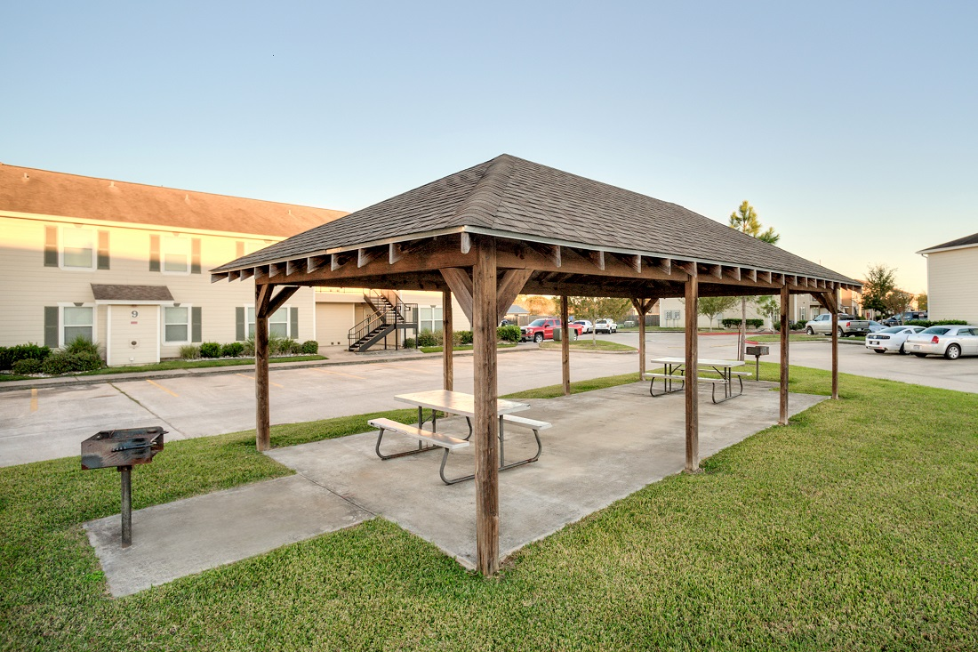 Picnic Area with Grilling Stations at Cypress Bend Apartments in Beaumont, TX