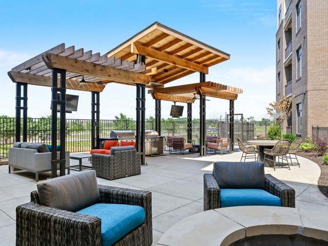 Outdoor Grilling Area at The District Flats Apartments in Lenexa, KS