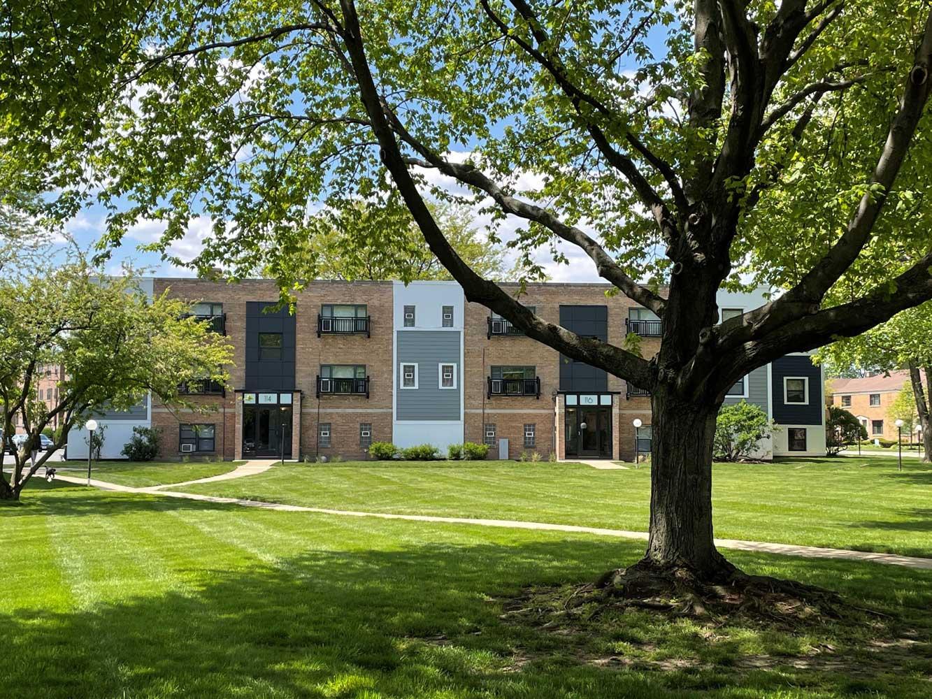 Courtyard at Elmhurst Terrace Apartments in Elmhurst, Illinois
