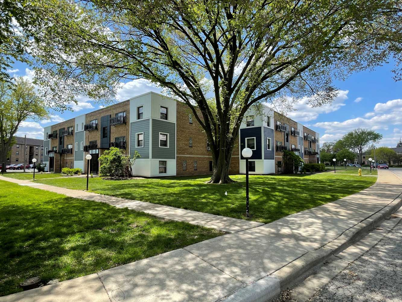 BBQ and Picnic Area Available at Elmhurst Terrace Apartments in Elmhurst, Illinois
