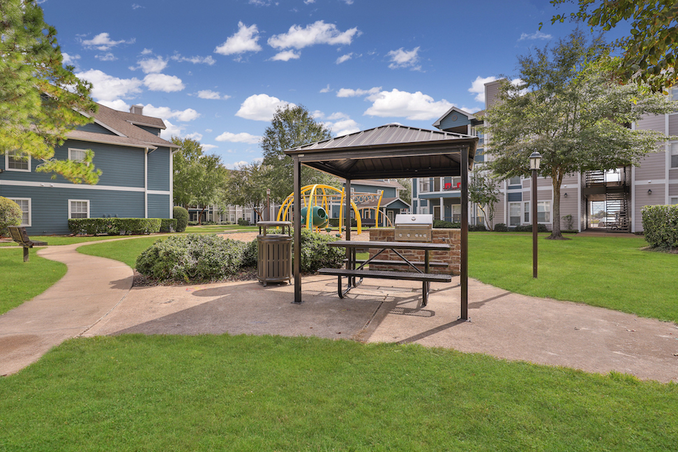Picnic Areas at The Enclave at Woodbridge Apartments in Sugar Land, TX