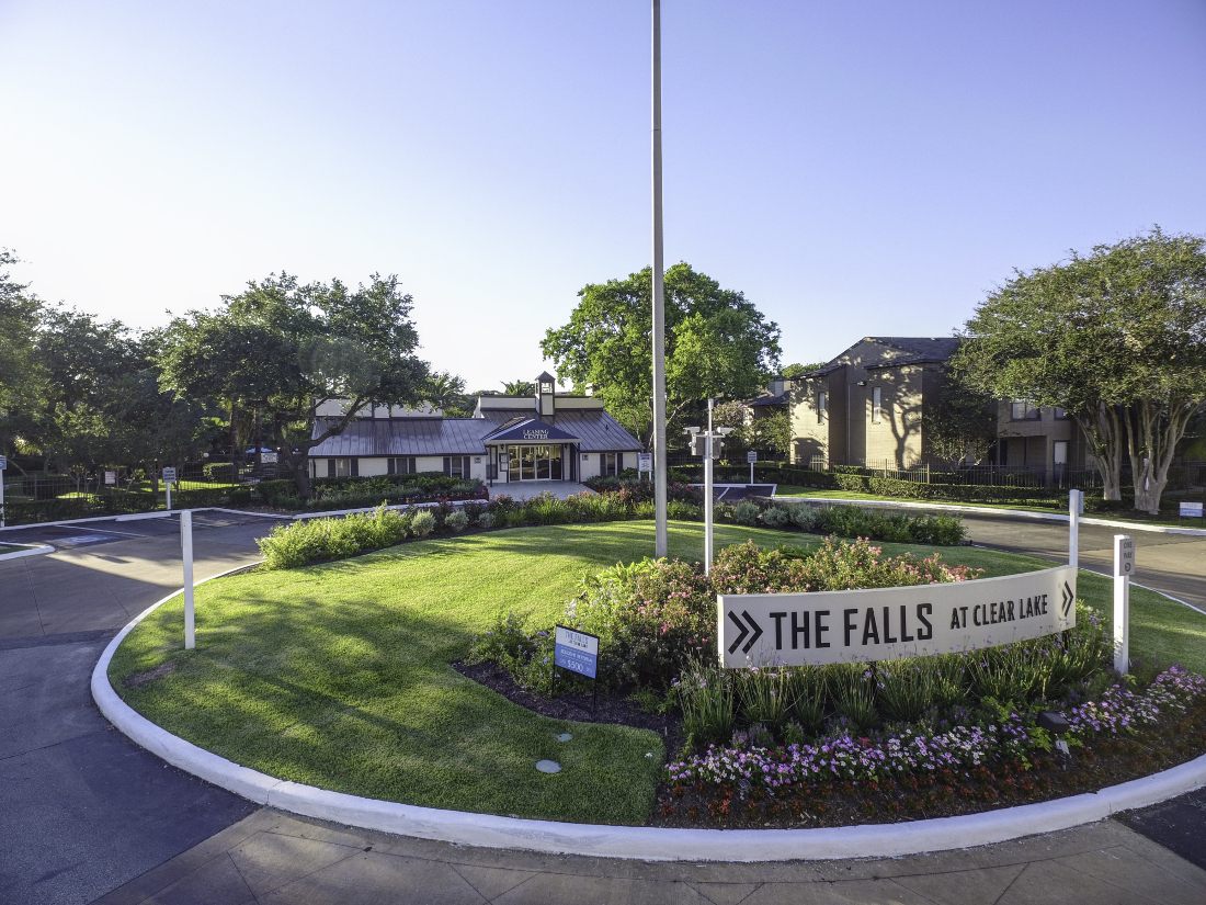 Exterior View at Falls at Clear Lake Apartments in Webster, TX