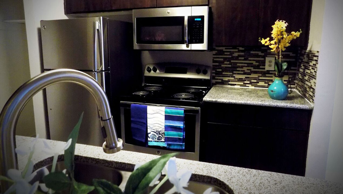 Fully-Equipped Kitchen at Falls at Clear Lake Apartments in Webster, TX