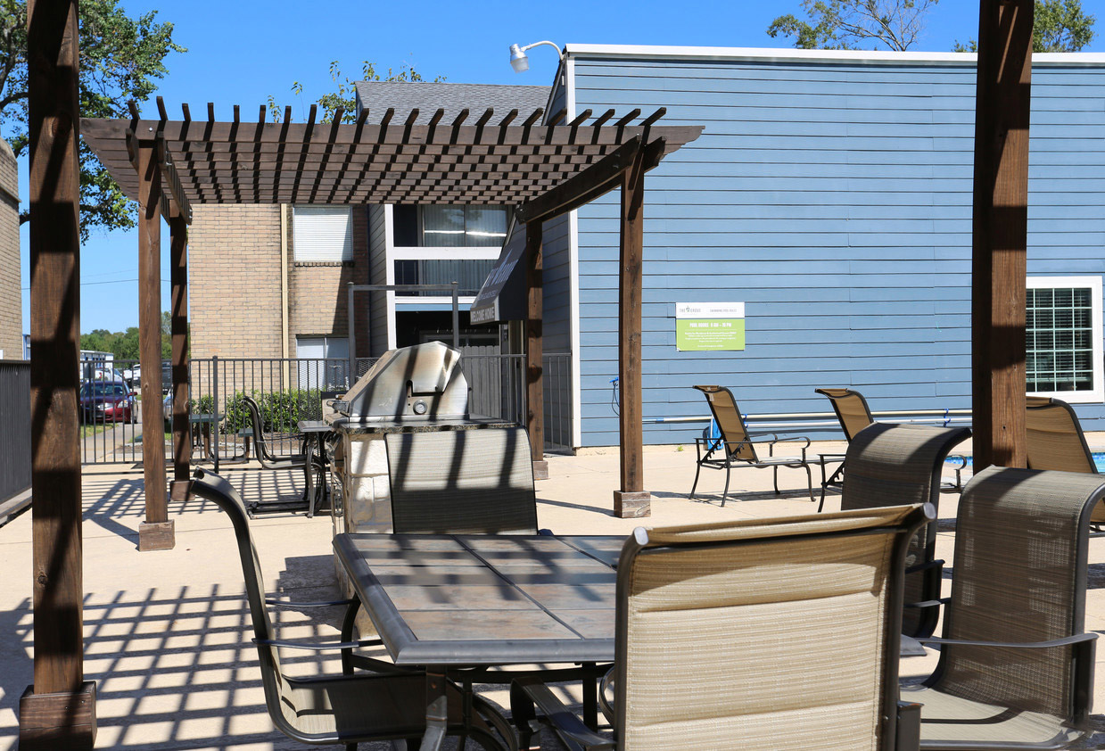 Outdoor Grilling Station at Grove on Gladstell Apartments in Conroe, Texas