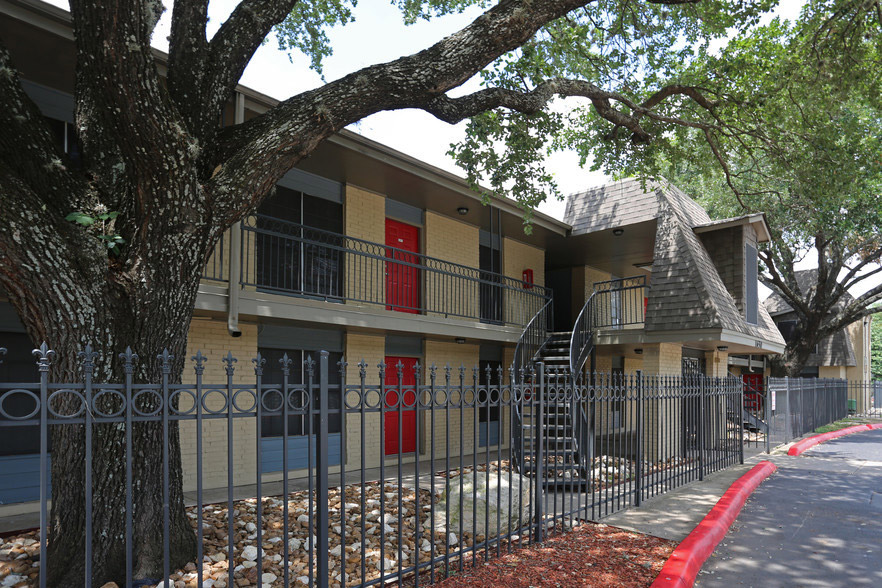 Close Proximity to Downtown San Antonio at Hamilton Place Apartments in San Antonio, Texas