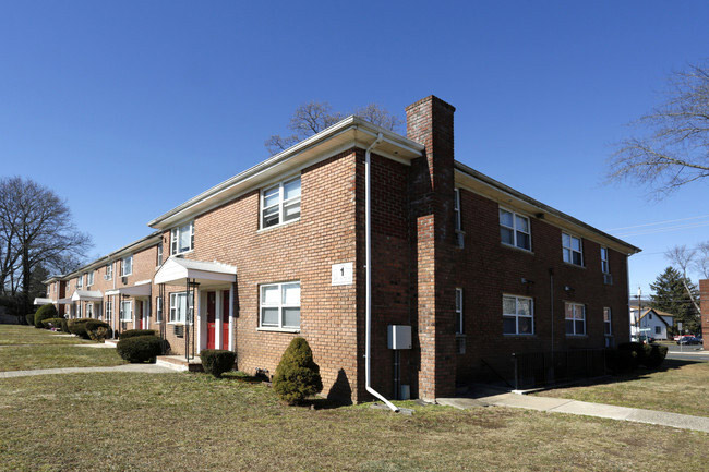 Convenient Apartments at Hampton Gardens Apartments in Middlesex, New Jersey