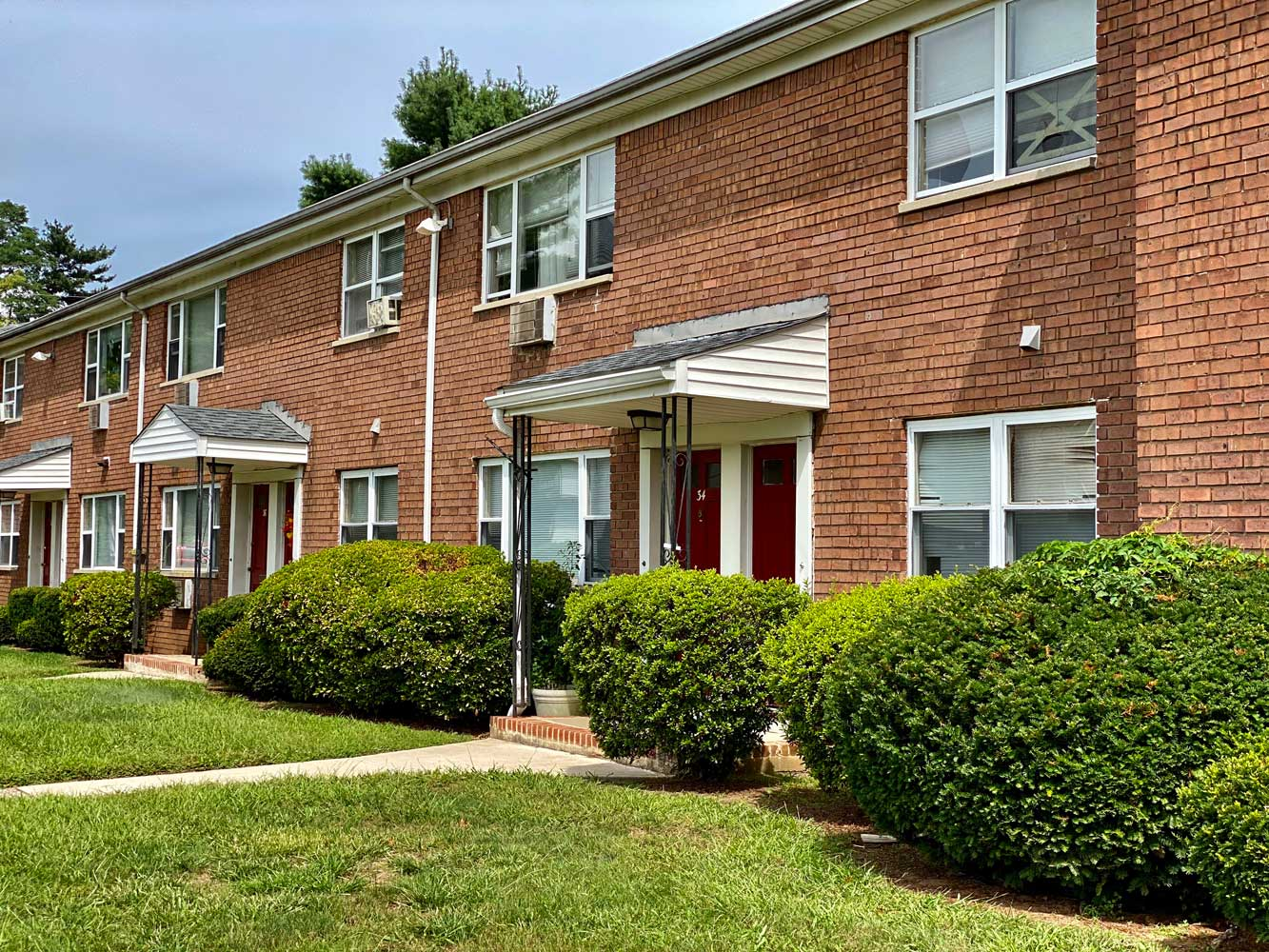 Exterior View at Hampton Gardens Apartments in Middlesex, New Jersey