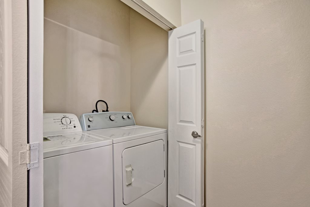 Washer and Dryer at Henderson 1575 Apartments in Los Fresnos, Texas