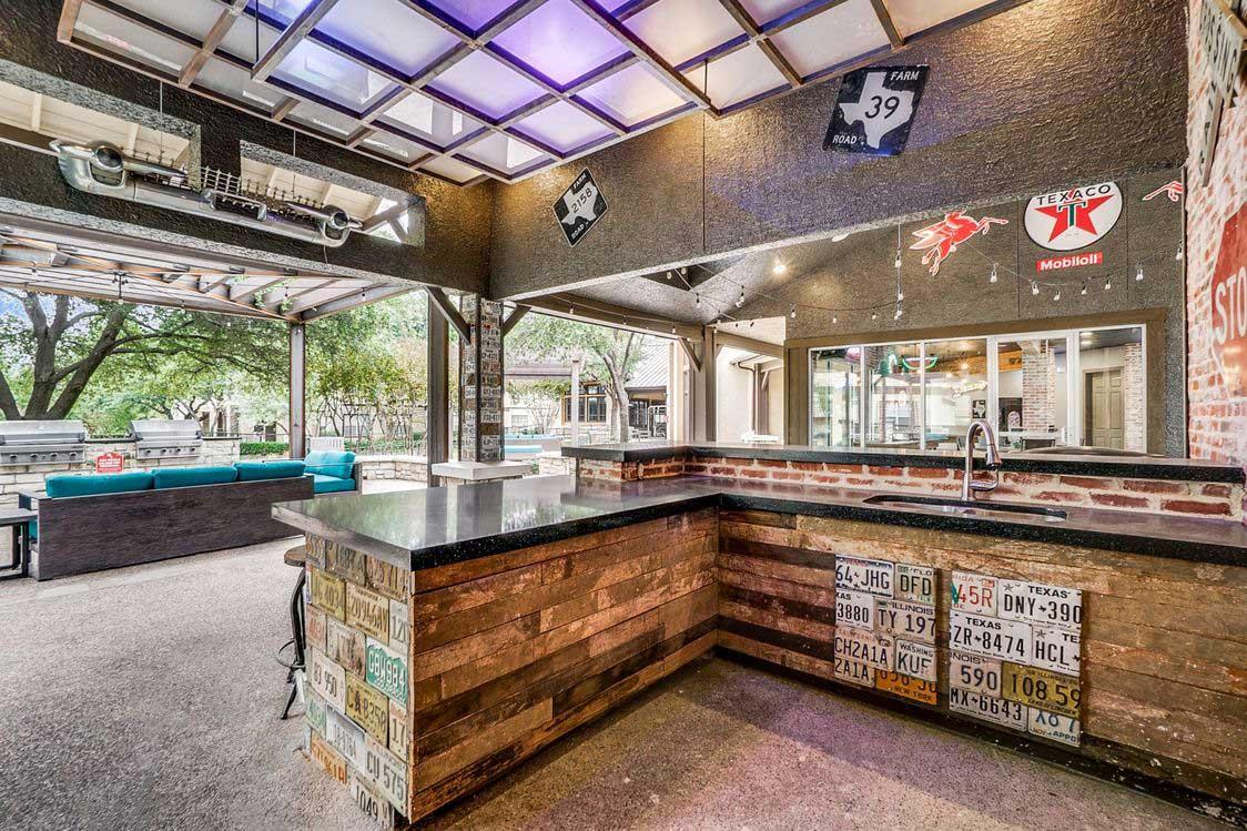 Outdoor Kitchen at Hidden Lakes Apartments in Haltom City, Texas