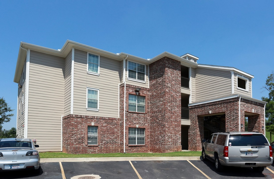 Exterior View at the Highland Crossing Apartments in Tulsa, OK