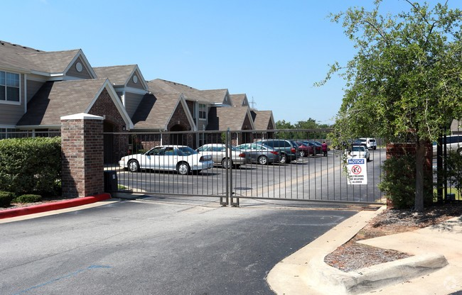 Exterior at the Highland Crossing Apartments in Tulsa, OK
