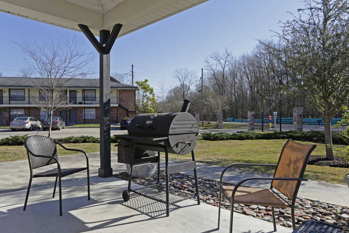 Outdoor Grilling Station at Kenilworth Ridge Apartments in Baton Rouge, Louisiana