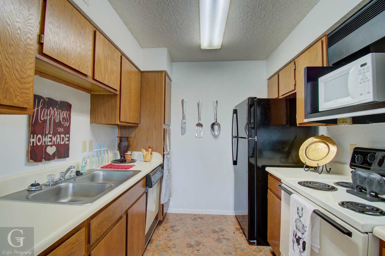 Fully Equipped Kitchen at Kingston Village Apartments in Shreveport, LA