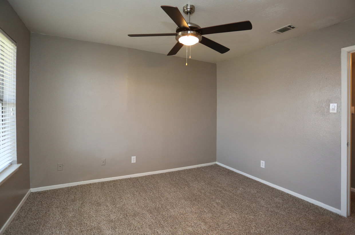 Spacious 1 and 2-Bedroom Apartments at The Lexington Apartments in Grand Prairie, TX