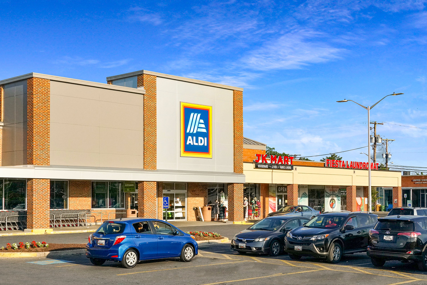 Walking distance to Aldi grocery store in Langley Park MD