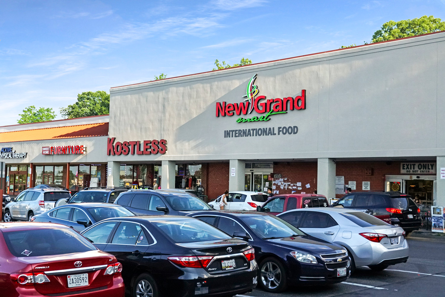 Walking distance to New Grand Mart in Langley Park, MD