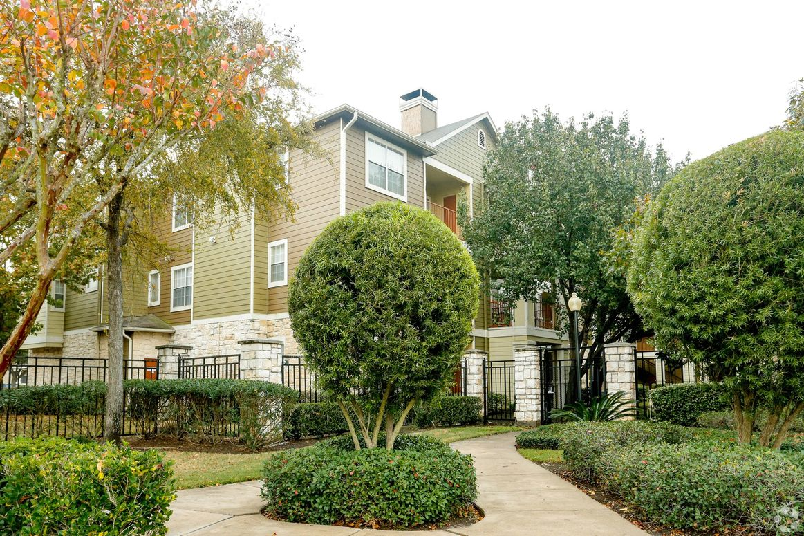 Lush Landscaping at Limestone Apartments in Houston, Texas