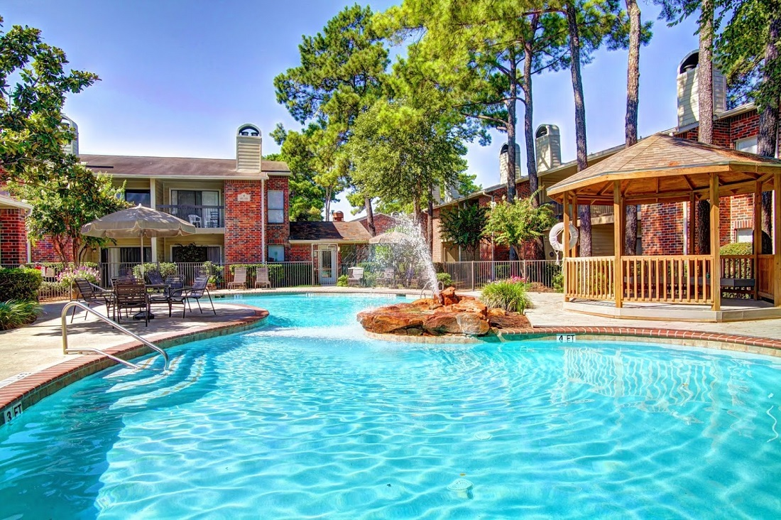 Outdoor Swimming Pool at Westmount at London Park Apartments in Houston, TX