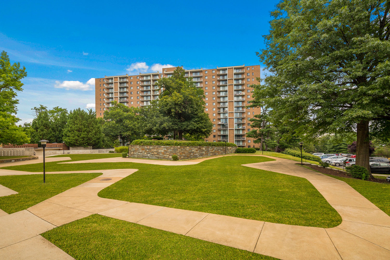 Beautiful courtyards at London Park Towers Apartments in Alexandria, VA