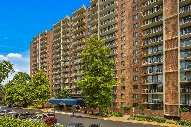 Studio, 1, 2, and 3-bedroom apartments at London Park Towers Apartments in Alexandria, VA