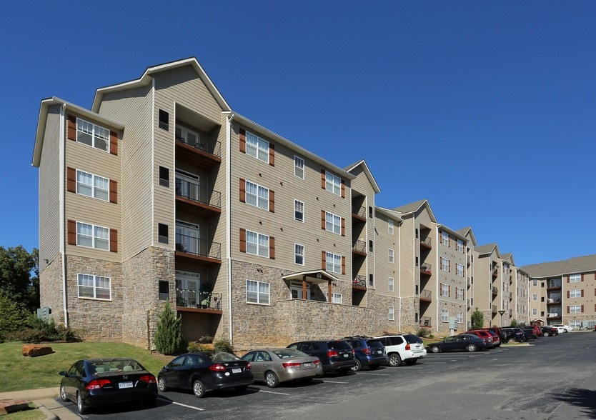 Exterior View at the Mountain Ranch Apartments in Fayetteville, AR