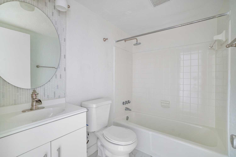 Bathtub at New Castle Lake Apartments in Miami, FL