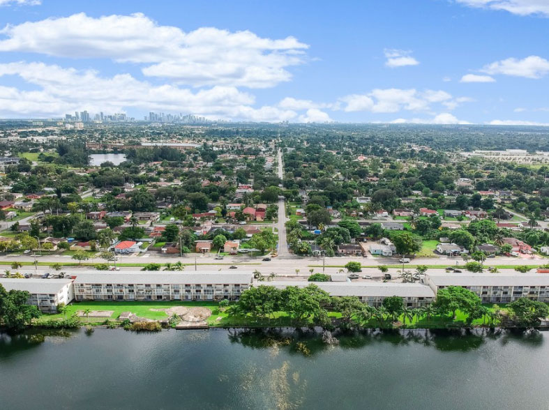 Beautiful Apartments in Miami at New Castle Lake Apartments in Miami, FL