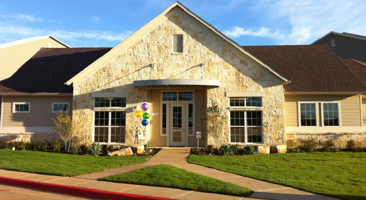 Exterior View of the Oakland Hills Apartments at Floresville, TX
