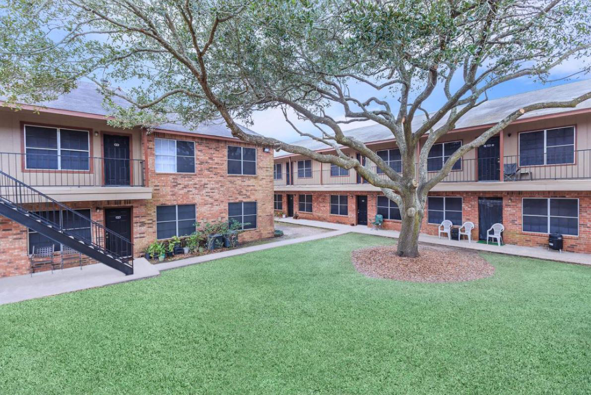 Courtyard Views at Oaks at Mustang Apartments in Alvin, TX