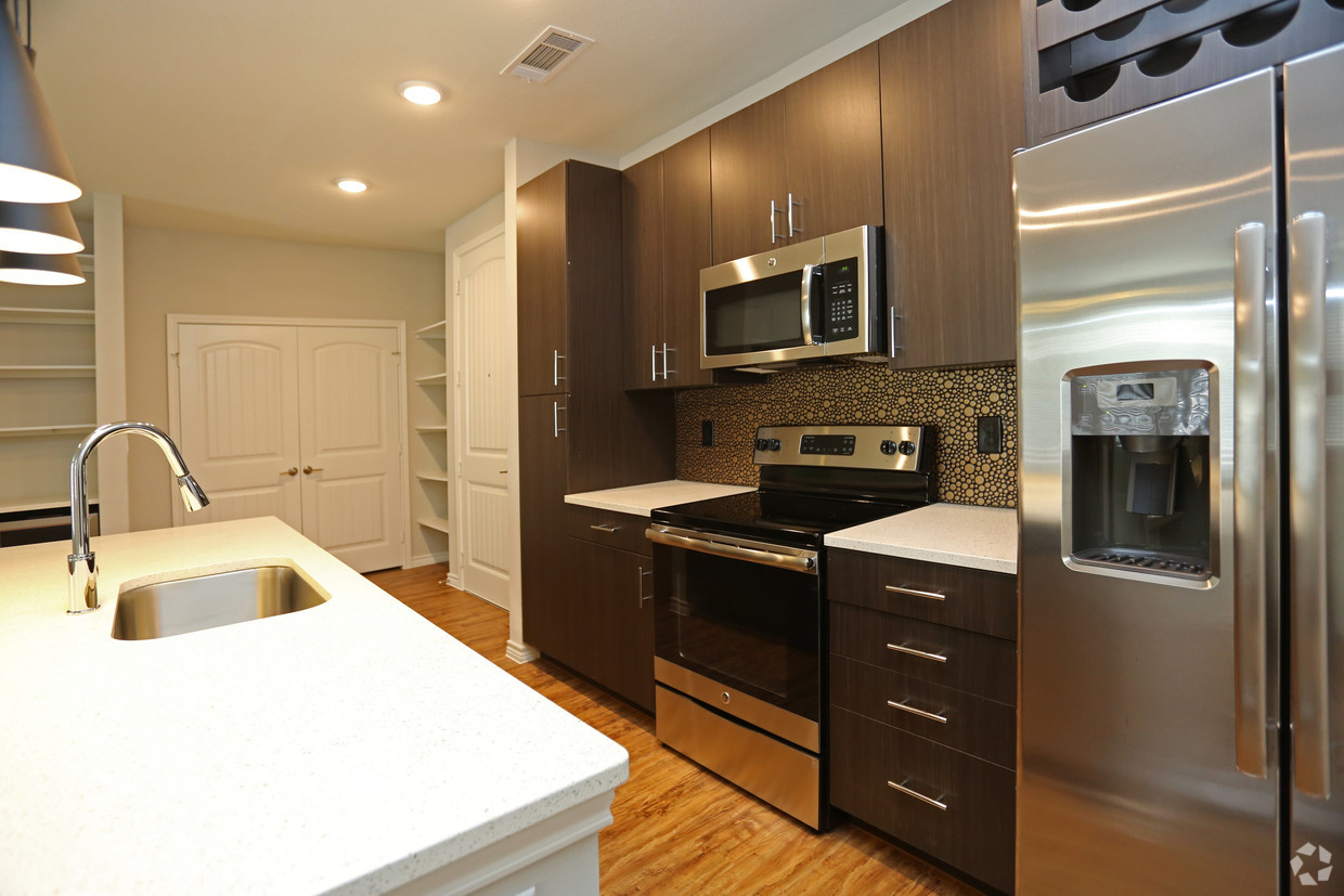 Luxurious Kitchen Features at Oxford at Medical Center Apartments in San Antonio, Texas