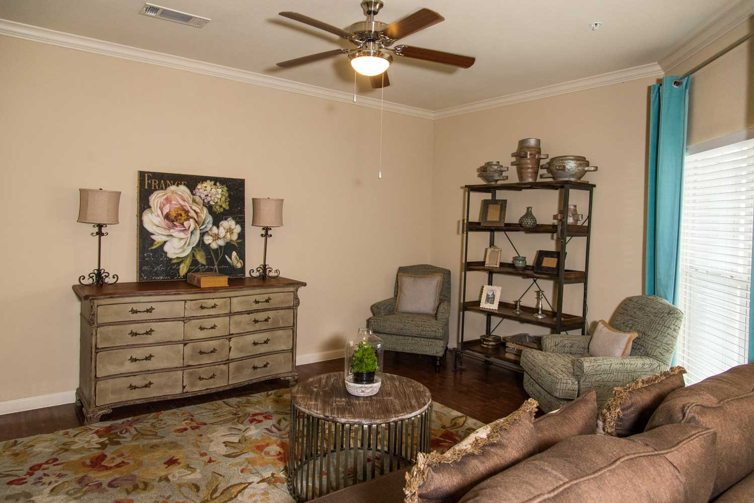 Living Area at the Oxford at Country Club Apartments in Baytown, TX