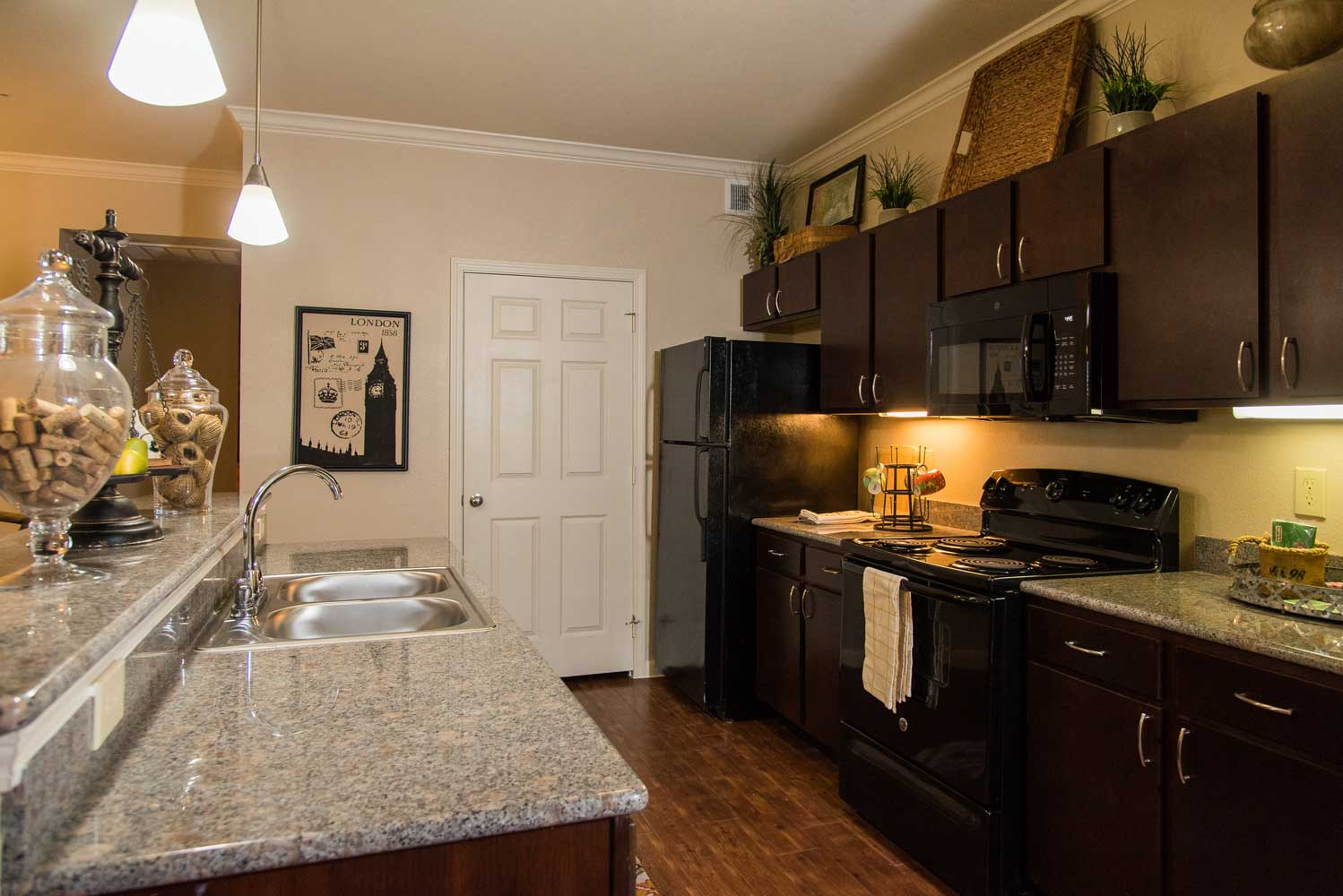Fully Equipped Kitchen at the Oxford at Country Club Apartments in Baytown, TX