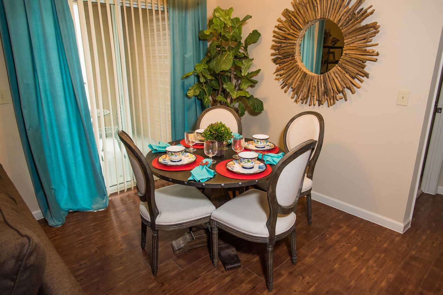 Dining Area at the Oxford at Country Club Apartments in Baytown, TX