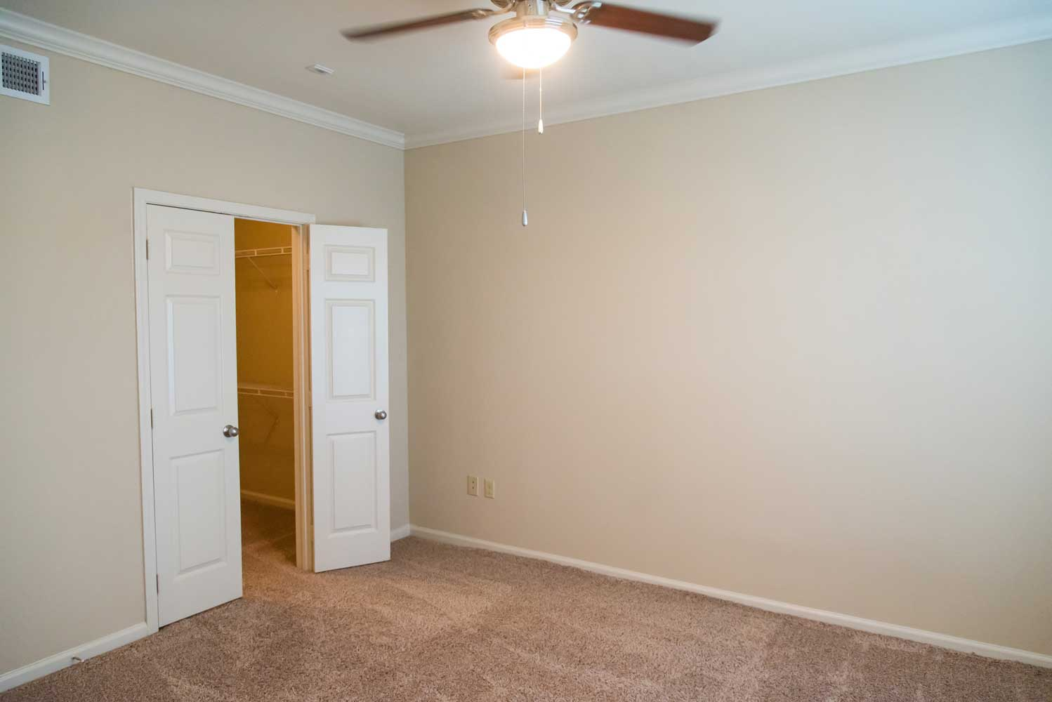 Large Room at the Oxford at Country Club Apartments in Baytown, TX