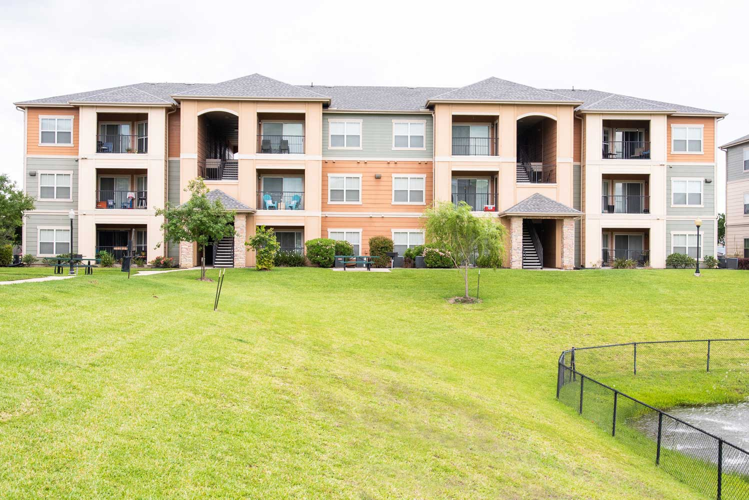 Apartments for Lease at the Oxford at Country Club Apartments in Baytown, TX