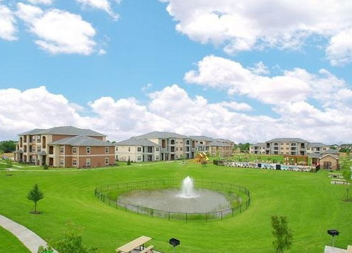 Beautiful Community Atmosphere at the Oxford at Country Club Apartments in Baytown, TX